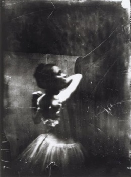 Degas, Edgar, Danseuse ajustant sa bretelle, négatif 1895-1896.